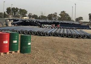 ביצוע הרכבת צינורות PVC על גבי צינורות מוליכי מים חמים לפני יציקה במכונה בפוליאוריטן מוקצף בבסיס צבאי בדרום הארץ