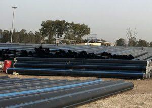 צנרת PVC וצנרת מוכנה ליציקה על גבי צינורות מוליכי מים חמים לפני יציקה במכונה בפוליאוריטן מוקצף. בבסיס צבאי בדרום הארץ
